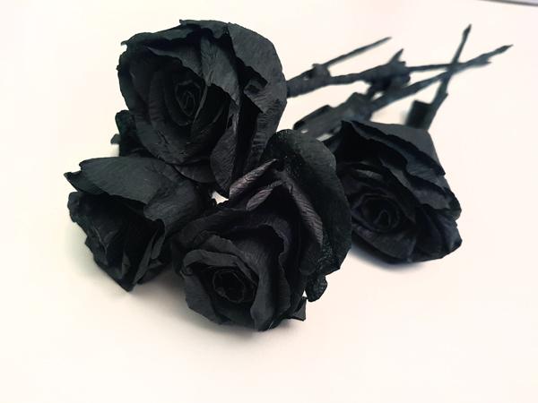 Rosas negras de papel