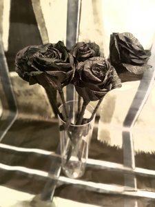 rosas negras en vaso para halloween