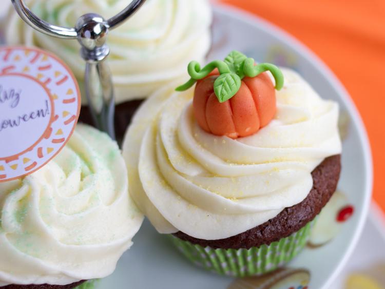 Cupcake with fondant pumpkin