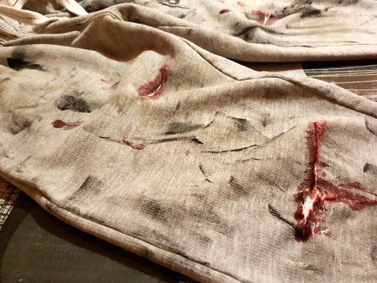 Pantalón zombie con manchas de sangre