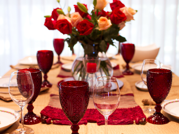 Thanksgiving table red and gold