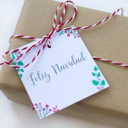 regalo con etiqueta navidad acebo