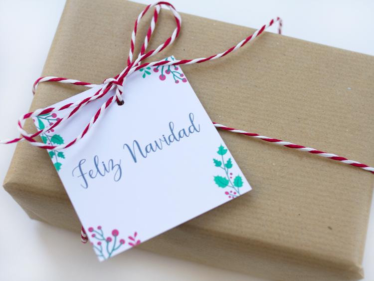 regalo con cinta y etiqueta feliz navidad