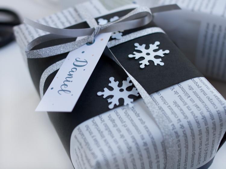 regalo periodico blanco y negro con etiqueta