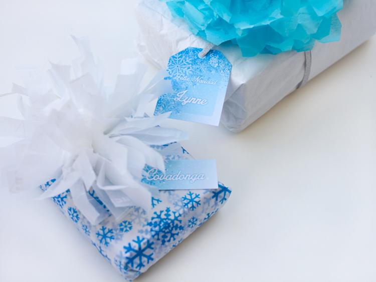 regalos envueltos con pompom de papel