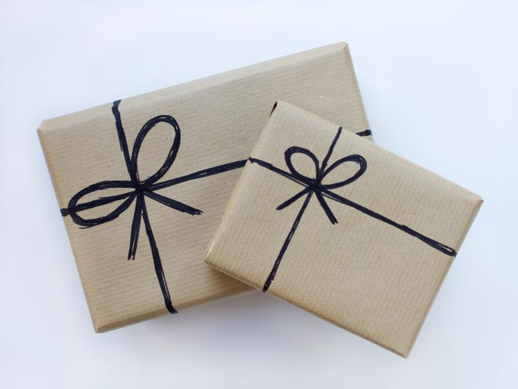 regalos papel kraft con lazos pintados