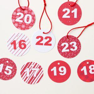 calendario adviento rojo y blanco cajitas etiquetas