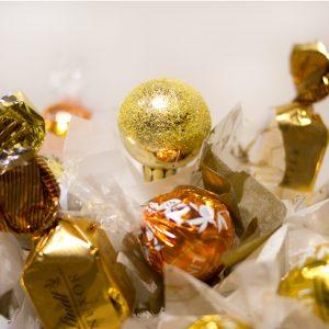 centro bombones Navidad dorado mediano detalle regalo bola y bombones