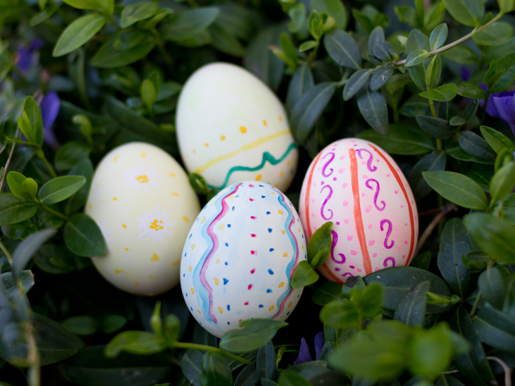 huevos decorados entre flores