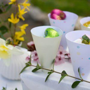 conos kit primavera pastel en mesa con flores
