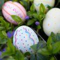 huevos de pascua pintados entre flores